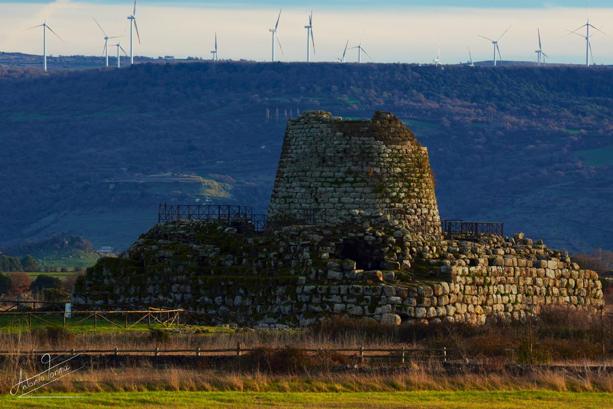 La torre del 1800 a.C., complesso di Santu Antine di Torralba. Selva di torri eoliche sull'Altipiano di Campeda