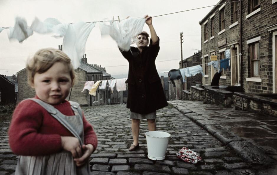 Una donna stende il bucato